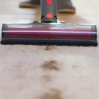 Roborock H6 limpiando alfombra