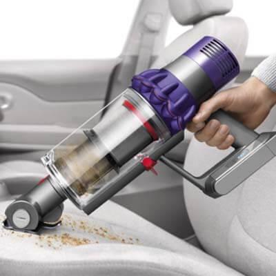 Dyson V10 limpiando coche