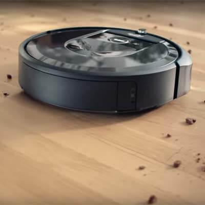 Roomba i7 Plus limpiando suelo