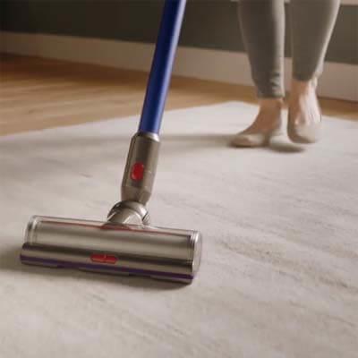 Dyson V11 limpiando alfombra
