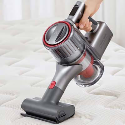 Limpiando un colchón con el minicepillo