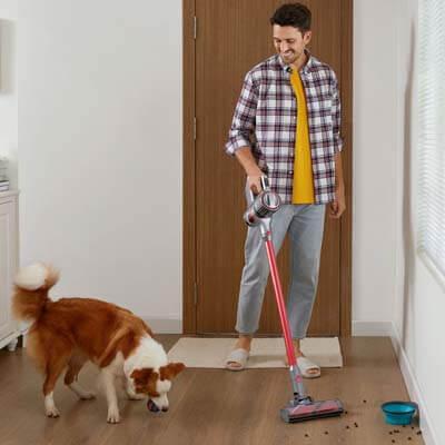 Limpiando el comedero de las mascotas