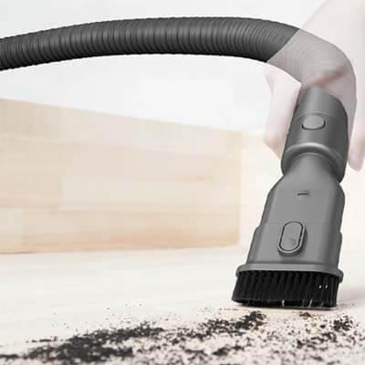 Limpiando con el tubo flexible